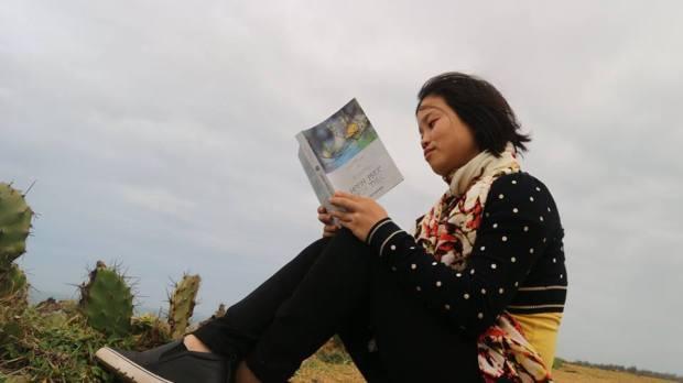Đọc sách trên vùng đất tôi thấy hoa vàng trên cỏ xanh